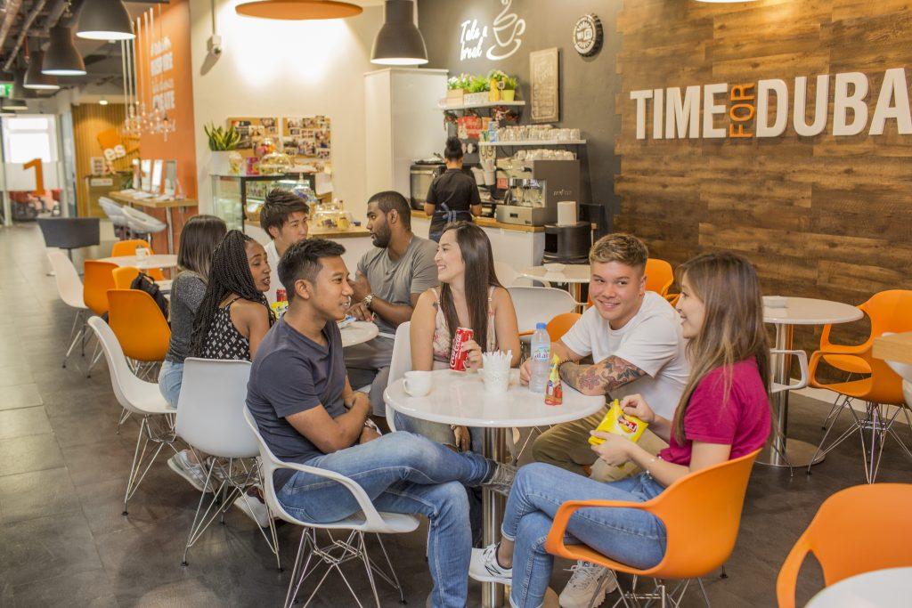 Étudiant en séjour linguistique à ES Dubaï à la cafétéria