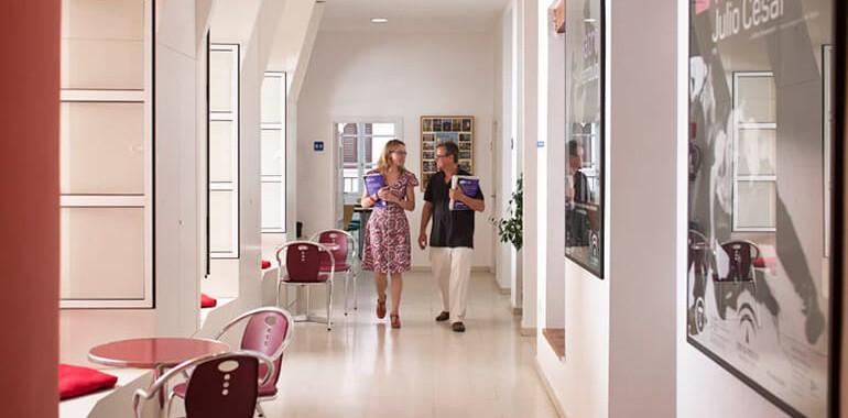 ecole clic voyage langue pasillo con profesores